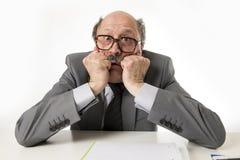 60s秃头资深办工室职员人愤怒和恼怒打手势 库存图片