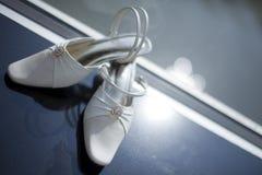 s穿上鞋子婚礼妇女 库存图片
