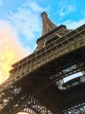 巴黎` s艾菲尔铁塔从反对蓝色和黄色日落的一个底层方面覆盖 图库摄影
