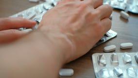` s递的特写镜头人采取白色药片 药片的药片和水泡 夺取,毒化,医学 股票录像