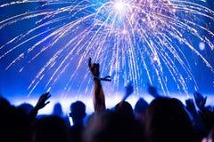 ` S Ève de nouvelle année Foule et feux d'artifice encourageants Photos stock