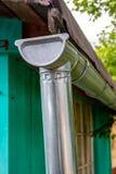 S'écoulent le toit de la maison image libre de droits