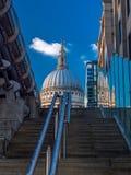 S'élever à la cathédrale de St Paul Images libres de droits