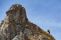 S'élever dans les alpes photo stock