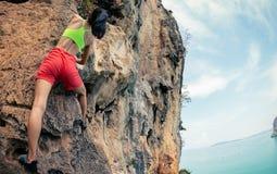 S'élever de grimpeur de roche de femme photographie stock