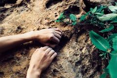 S'élever de mains de grimpeur de roche photographie stock
