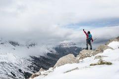 S'élever et succès maximaux en montagnes neigeuses images libres de droits