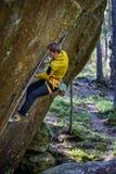 S'élever extrême de sport Grimpeur de roche s'attachant à une falaise Style de vie extérieur Scandin image stock