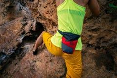 S'élever femelle de grimpeur de roche image libre de droits