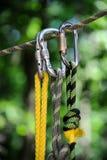 S'élever folâtre l'image d'un carabiner sur une corde Images libres de droits