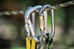 S'élever folâtre l'image d'un carabiner sur une corde Photo libre de droits