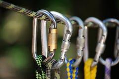 S'élever folâtre l'image d'un carabiner sur une corde Photographie stock libre de droits