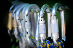 S'élever folâtre l'image d'un carabiner sur une corde Images stock