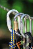 S'élever folâtre l'image d'un carabiner sur une corde Photos stock