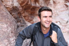 S'élever gratuit d'homme de grimpeur sur la roche Athlète masculin sur le sourire de montée Photos stock