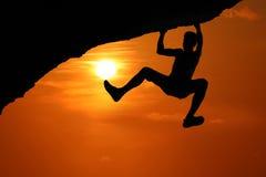 S'élever libre sur la montagne au fond rouge de coucher du soleil de ciel image stock
