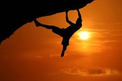 S'élever libre sur la montagne au fond rouge de coucher du soleil de ciel image libre de droits
