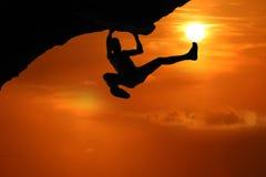 S'élever libre sur la montagne au fond rouge de coucher du soleil de ciel images stock