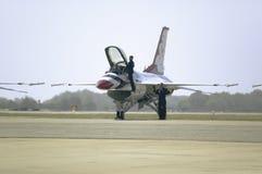 S'élever pilote de l'Armée de l'Air d'USA dans des Falcons de combat de F-16C Photographie stock