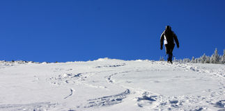 S'élever sur la montagne en hiver Photos stock