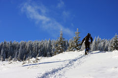 S'élever sur la montagne en hiver Images stock