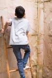 S'élever sur le haut mur dans un secteur ouvert de douche Photo stock