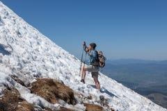 S'élever sur une pente neigeuse photographie stock libre de droits