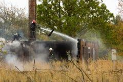 S'éteindre le feu a détruit la maison de village le 5ème oct. images stock