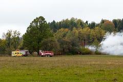 S'éteindre le feu a détruit la maison de village le 5ème oct. photographie stock