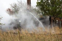 S'éteindre le feu a détruit la maison de village le 5ème oct. photos libres de droits
