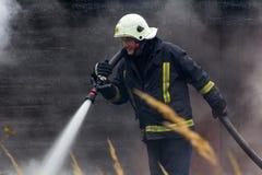 S'éteindre le feu a détruit la maison de village le 5ème oct. images libres de droits