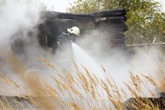 S'éteindre le feu a détruit la maison de village le 5ème oct. photo stock
