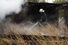 S'éteindre le feu a détruit la maison de village le 5ème oct. photographie stock libre de droits