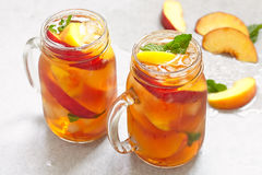 Słój brzoskwini herbata Fotografia Stock