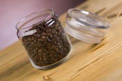 Słój kawa na drewnianym stole zdjęcie royalty free