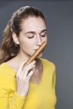 20s żeński cygarowy ekspert wącha cygarowego aromat dla smaku przemysłu Zdjęcie Stock