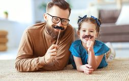 Ημέρα πατέρα Ευτυχείς αστείοι οικογενειακοί κόρη και μπαμπάς με το mustache στοκ εικόνες με δικαίωμα ελεύθερης χρήσης