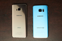 S7 η άκρη και η Samsung s8 συν το smartphone συγκρίνουν Στοκ φωτογραφία με δικαίωμα ελεύθερης χρήσης