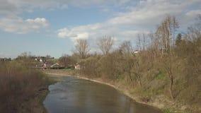 Πανόραμα από μια πανοραμική θέα Κεντρική Ευρώπη: Το πολωνικό χωριό βρίσκεται μεταξύ των πράσινων λόφων Συγκρατημένο κλίμα απόθεμα βίντεο
