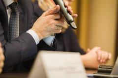 ` S бизнесмена держит микрофон на конференции или встрече, финансовой концепции Стоковое Изображение