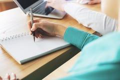 ` S бизнесмена и женщины вручает работу на проекте Стоковые Изображения RF
