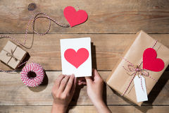 ` S валентинки украсило подарочную коробку над деревянной предпосылкой Взгляд от Стоковые Изображения