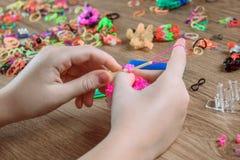 ` S детей вручает ремесла крупного плана сплетя от покрашенных резин, образования и развлечений Стоковое Изображение RF