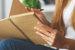 ` S девушки вручает сочинительство в блокноте Стоковое Изображение