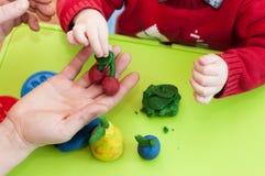 ` S детей и взрослая прессформа рук от глины Стоковая Фотография