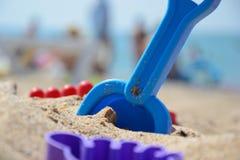 ` S детей установило для игры с песком на seashore Стоковая Фотография