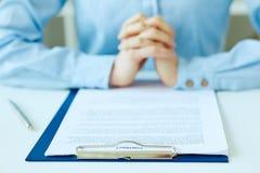` S женщины вручает подготавливать подписать документ контракта с ручкой на столе Изображение селективного фокуса на знаке контра стоковое фото
