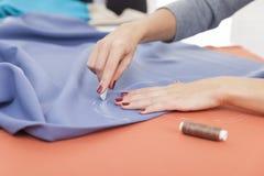 ` S женщины вручает рисовать картину на голубом материале Стоковые Изображения RF