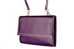 ` S женщины выравнивая сияющую фиолетовую муфту на белизне Стоковые Изображения RF