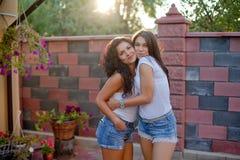 ` S женщины празднуя их замужество друзей будущее стоковое фото